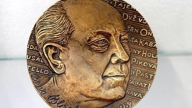 Vernisáží v Biskupském dvoře v centru Brna v úterý odstartoval šestý salon Asociace umělců medailérů, která představila kolem 250 medailí, plaket, šperků, plastik, grafik a pamětních mincí.