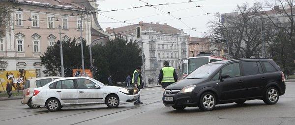 Brno - Osm minut zpoždění na tramvajové lince číslo jedna způsobila nehoda tramvaje sosobním automobilem, která se stala vpondělí necelou půl hodinu po poledni na Moravském náměstí vBrně.
