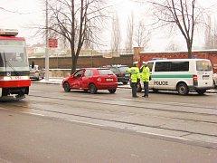 Nehoda osobního automobilu a tramvaje.