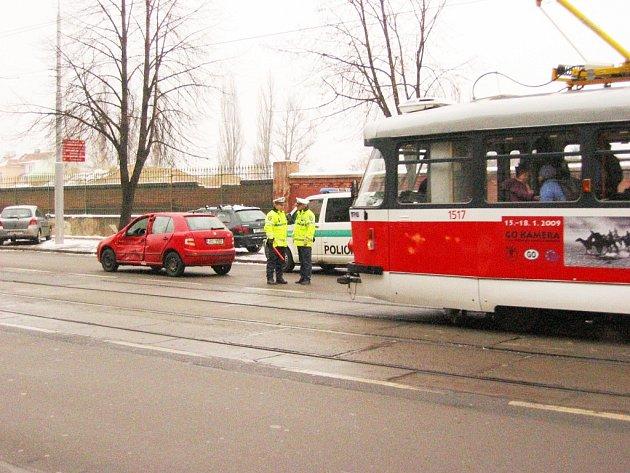 Nehoda osobního automobilu a tramvaje. Ilustrační foto