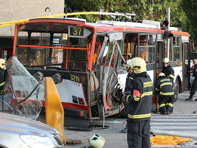 Srážka tramvaje a trolejbusu v Brně.
