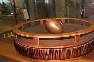 Experiment, který poprvé předvedl Nikola Tesla v roce 1893 v Chicagu. Vejce se s pomocí točivého magnetického pole roztočí jako rotor elektrického motoru a postaví se na špičku.