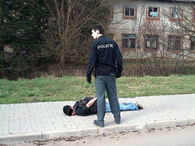Muž, který leží spoutaný na zemi, pobodal svého otčíma.