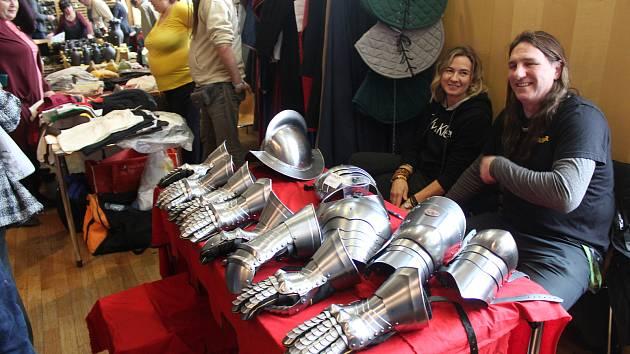 Lidé z Česka i ze Slovenska se v Brně sešli na Šermířské burze. Kupovali si meče, zbroj, keramiku i kožešiny.