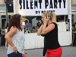 Sluchátková Silent party: tiše protestovali proti omezování akcí na náměstí