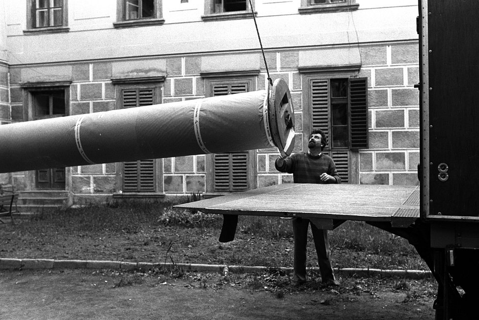 Demontáž, balení a odvoz pláten na výstavu do Německa v roce 1990. Na snímcích je restaurátor Pavel Kobylka, pracovníci JZD Moravský Krumlov, pomáhá firma pro transport Panalpina. Foto: Jiří Sláma