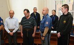 Trojice Karel Dubský (světlá košile), Josef Dubský starší a Josef Dubský mladší u brněnského krajského soudu.
