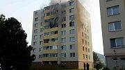 V Kuřimi vyhořel byt. Jeden člověk se nadýchal kouře, hasiči evakuovali třicet lidí