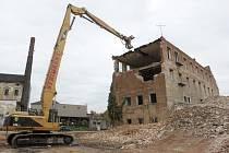 Sto tisíc tun sutin. Přibližně tolik váží rozbourané zbytky bývalé továrny Vlněna. Dělníci pomocí těžké techniky rozebírají poslední budovy, které v areálu stojí.