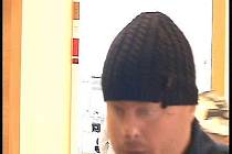 Zloděje zachytila bezpečnostní kamera.