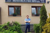 Budova Krematoria zvířat Brno s. r. o. v Chrlicích a ředitel Ing. Adam Voňavka.