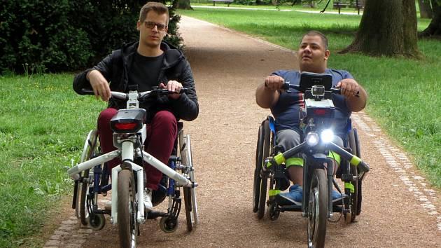 Připojit k invalidnímu vozíku další kolo navíc? Pro vozíčkáře brzo dostupná možnost. Projekt Bikedoo přeměnil vozík v tříkolku s řídítky, kterou pohání elektromotor. Na výrobě pracuje se svým týmem student Vysokého učení technického v Brně Adam Dolinský.