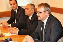 Ministr dopravy Dan Ťok jednal v pondělí s představiteli Břeclavi o palčivých problémech v dopravě. Zleva sedí místostarosta města Milan Vojta, starosta Pavel Dominik, ministr Ťok.