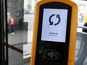 Zaplatit jízdné v autobusu brněnského dopravního podniku bez hledání drobných? Od úterý 9. června je to možné ve všech autobusech linky 76.