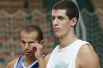 Basketbalisté Miloš Drča (vpravo) a Michal Norwa.