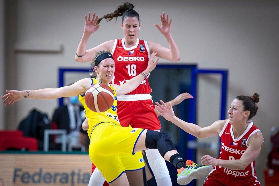 Basketbalistka Natálie Stoupalová (v červeném s číslem 18) si v kvalifikaci na mistrovství Evropy připsala čtyři starty.