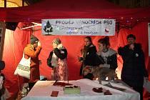 Aktivisté z Kolektivu pro zvířata vyzývali ve čtvrtek vpodvečer kolemjdoucím v centru Brna psí maso. Akcí chtěli upozornit na rozdílné vnímání různých zvířat ve vánočním období.