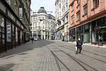 Brno 20.3.2020 - srovnání místa před a po zákazu pohybu bez zakrytých úst a nosu - ulice Masarykova
