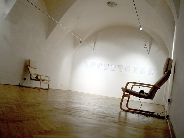 Galerie Kabinet Turistického informačního centra hostí aktuálně výstavu Nóry Růžičkové a Marianny Mlynárčikové Cvičná uměnověda, na níž slovenské umělkyně prověřují a testují uměnovědné a kurátorské strategie.