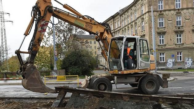 V brněnské Zábrdovické ulici už odstraňují tramvajové koleje.