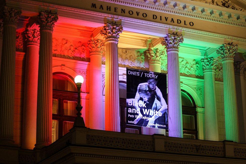Vodní oponu před Janáčkovým divadlem zahalily barvy maďarské trikolory. Připomněly tak tamní třicetileté výročí konce totality.
