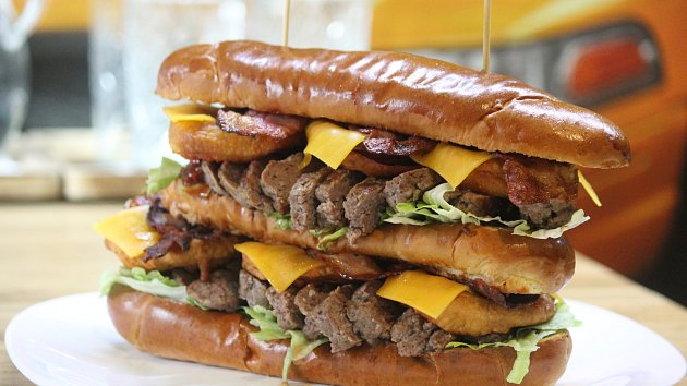 Kilový hotdog obsahující třetí nejpálivější papričky na světě spořádal jedlík Radim Dvořáček.