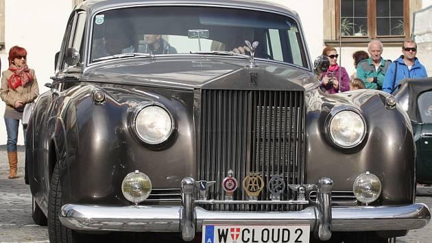 Asi dvacítka udržovaných starších aut dorazila v sobotu po poledni do Ivančic na Brněnsku. Na tamním Palackého náměstí se zastavily před druhou odpoledne cestou z Vídně.