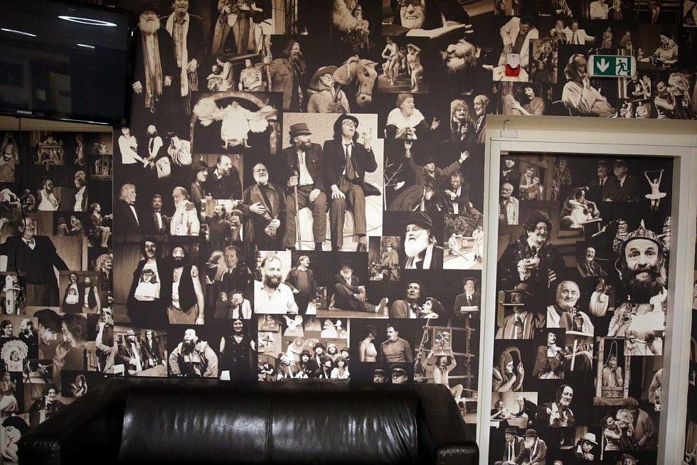 Nově vyzdobený interiér divadla ukazuje množství historických i aktuálních fotografií zrůzných divadelních her.