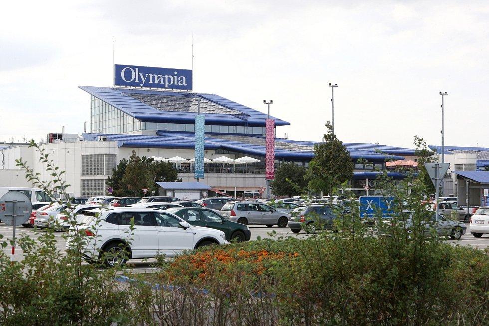Zaplněné obchodní centrum Olympia v Modřicích v roce 2019.