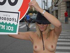 Polonahá dívka nutí řidiče jezdit pomaleji