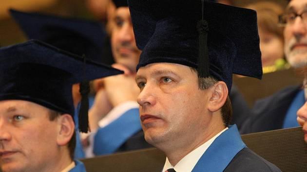 Brněnský primátor Roman Onderka získal univerzitní diplom.