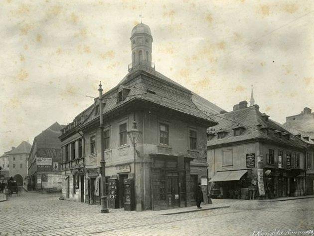 Dolní nádvoří Pohořelce a Kobližné v roce 1907, vlevo je průhled Novobranskou až k Měnínské bráně.