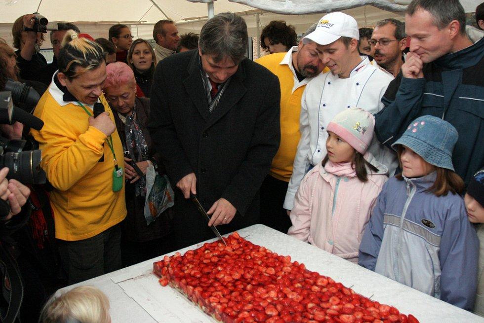 Brněnský primátor Roman Onderka krájí pětatřicet metrů dlouhý koláč