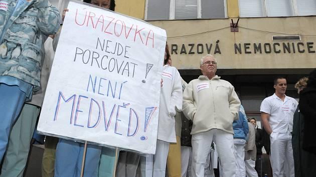 Demonstrace za Úrazovou nemocnici v Brně.
