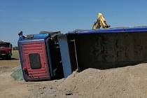 Nehezky začal nový pracovní týden řidič nákladního auta, které se v pondělí po jedenácté hodině dopoledne převrátilo u Řípské ulice v Brně.