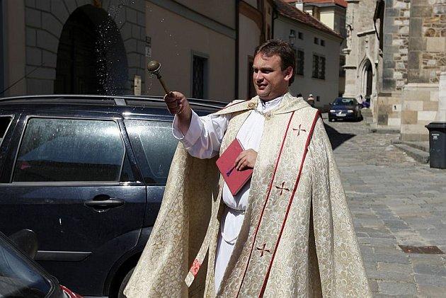 Farář z katedrály sv. Petra a Pavla požehnal motoristům auta. Dětem zase pokropil svěcenou vodou koloběžky.