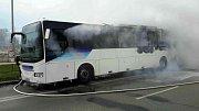 Uzavřená silnice a hořící autobus. Takový pohled se naskytl Brňanům ve čtvrtek krátce po druhé hodině odpoledne.