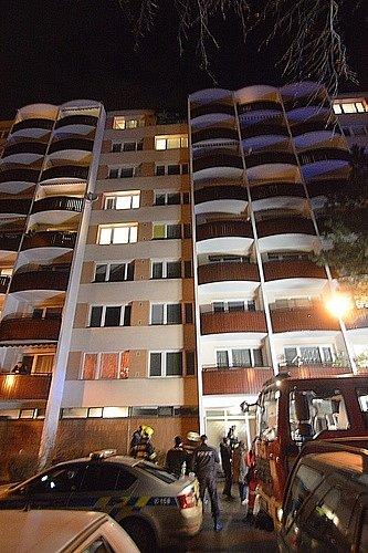 Požár vnejvyšším patře bytového domu ve Slavíčkově ulici vyděsil vnoci na pondělí lidi vbrněnské Lesné. Jeden člověk utrpěl zranění a nadýchal se kouře.