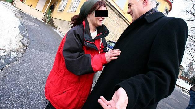 Bezdomovkyně a její pětiletá dcera možná stráví Vánoce spolu. (Na snímku setkání matky s náměstkem brněnského primátora Danielem Rychnovským.)
