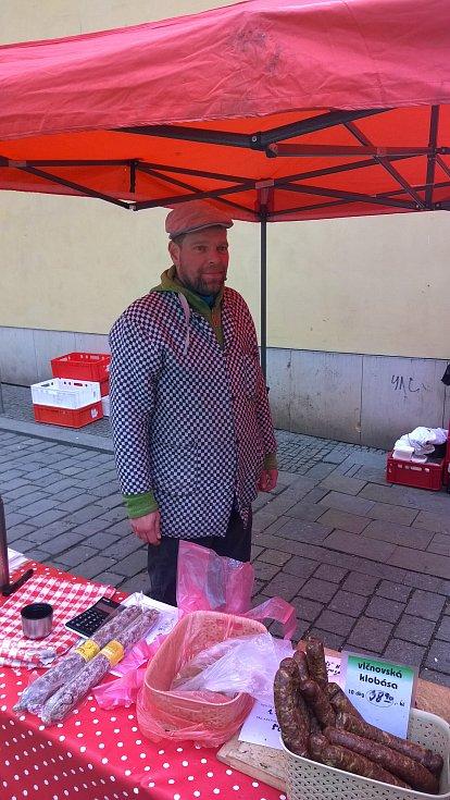 """Po celé republice přešla 1. března druhá vlna obchodníků na elektronickou evidenci tržeb (EET). Uzenář Roman Šebesta ze stánku na Masarykově ulici v Brně: """"Druhá vlna EET se nás netýká. Prodáváme totiž vlastní produkty."""""""