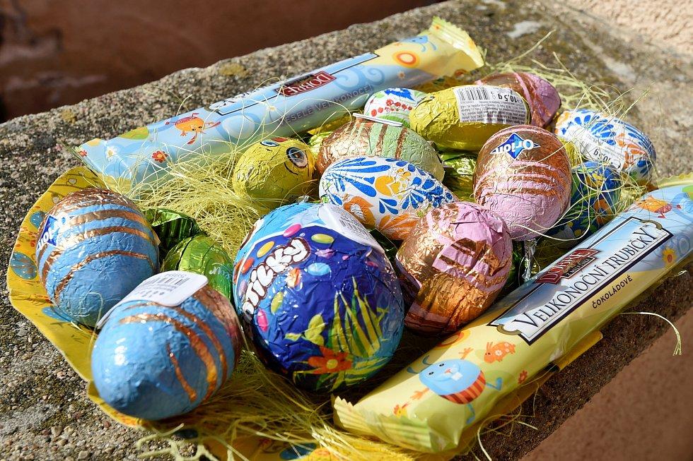 Velikonoční pomlázka v rouškách.