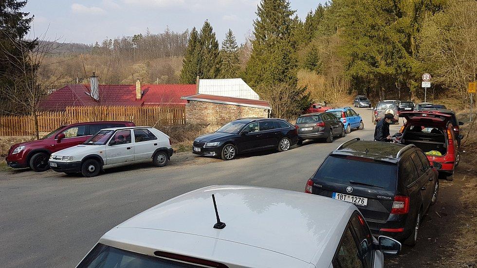 29.3.2020 okolí Brna - víkend v době nouzového stavu a omezeného vycházení - parkování u Hádeckého rybníka
