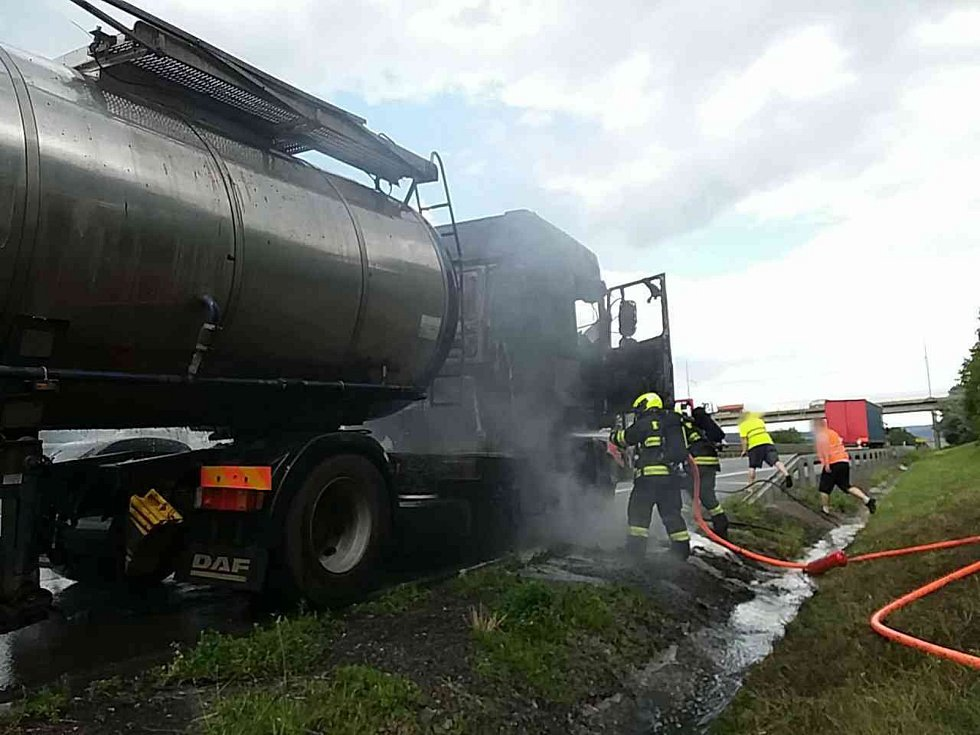 Požár kabiny kamionu na dálnici D1 hasili po poledni jihomoravští hasiči. Řidiči místem necelou hodinu neprojeli.