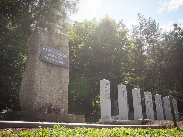 Nové pomníky u Farinovy zatáčky.
