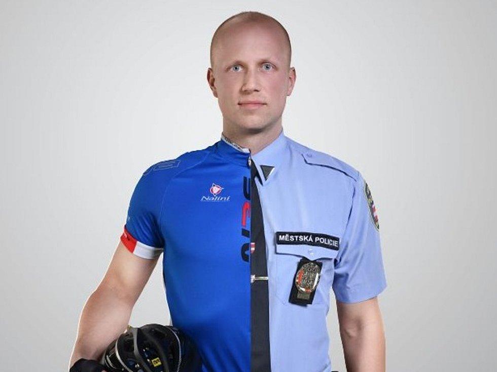 Na dělených fotografiích strážníci ukazují, že mimo službu se od ostatních Brňanů nijak neliší, že rozumějí jejich problémům a chtějí jim pomoci.