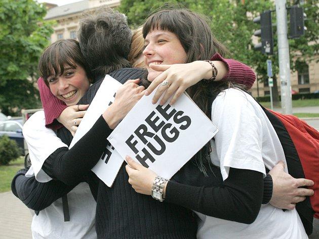 Studenti psychologie objímali kolemjdoucí v brněnských ulicích.