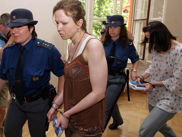 Policejní eskorta přivádí Kláru a Kateřinu Mauerovou k soudu.