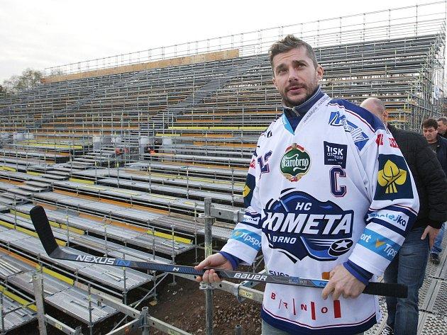 Legendy hokejové Komety i současní hráči navštívili mobilní arénu za Lužánkami pro zápasy Hokejových her 2016 pod širým nebem. Tribuny a rozměr lední plochy už jsou nachystány.