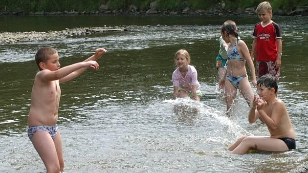 Ilustrační: Děti se koupou v řece. Ví však o nebezpečích, které řeka skrývá?