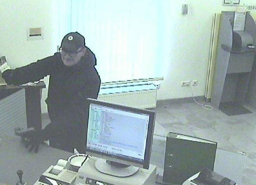 Pachatel loupil v rakouské bance během čtvrtroku dvakrát. Vždy po loupeži zamířil do České republiky. V jednom případě použil na autě registrační značku ukradenou z jiného vozu v Břeclavi.